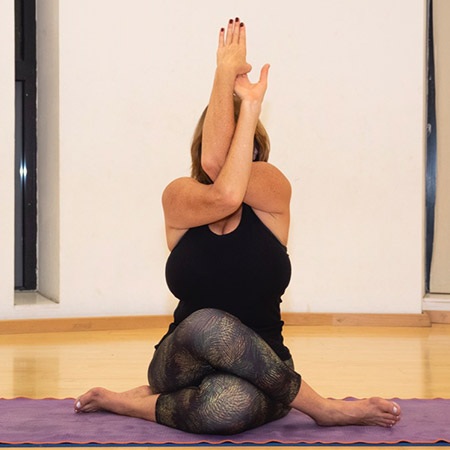 The pose opens the upper body by stretching the shoulders, shoulder blades, upper back and opens the heart. Sitting with the legs in Gomukasana position stretches the thighs, improves stability and relaxes the body. Energetically, the pose enables inner focus, tension relief and calms the body and the mind.